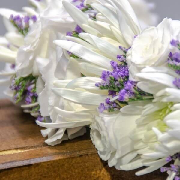 כתר פרחים לבנים - לה ולי פרחים